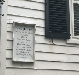 Several houses in New Bern have descriptions on how they were famous, like the Gull Harbor house. This house was the birthplace of the mother of Admiral Farrugut, a noted Navy sailor during the War of 1812 and the Civil War.